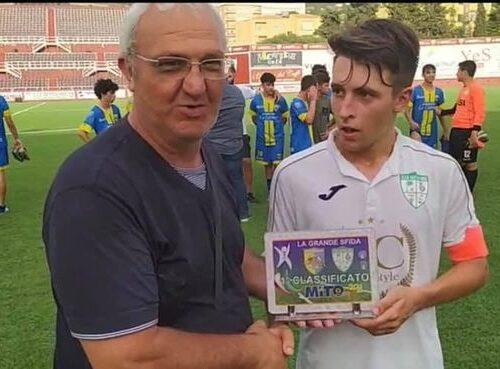 🤍💚💪 il capitano Giuseppe Angileri del Dattilo 1980 riceve il premio da Piero Gatto organizzatore della manifestazione Mito Cap  …